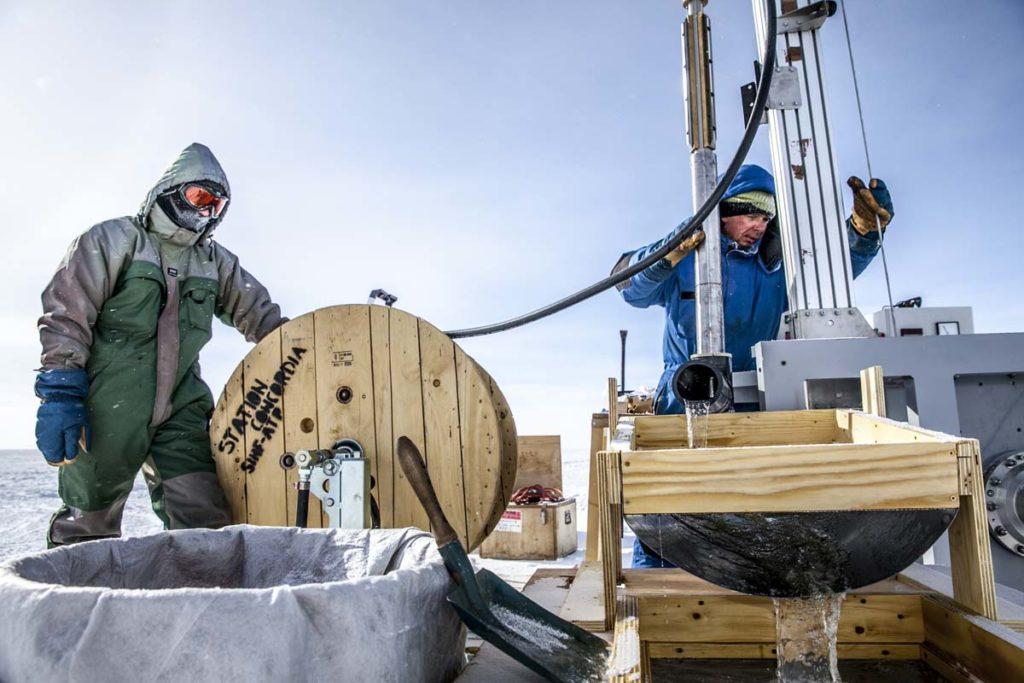 Premier test du prototype de la sonde expÈrimentale Mini-Subglacior, sur la base Concordia, en Antarctique. Les ingÈnieurs vÈrifient la bonne remontÈe des copeaux de glace ‡ la surface. La sonde Subglacior permettra, en une seule saison sur le terrain (2 ‡ 3 mois), d'explorer la glace jusqu'‡ 3 km de profondeur pour obtenir des enregistrements climatiques des derniËres 1,5 millions d'annÈes, les plus anciens ‡ partir de glace naturelle. Les chercheurs pourront ainsi vÈrifier qu'une transition climatique s'est bien produite il y a environ un million d'annÈes et qui pourrait s'expliquer par un changement majeur de la concentration en CO≤ dans l'atmosphËre terrestre. Gr'ce ‡ une technologie laser, l'air contenu dans la glace sera analysÈ par la sonde pour fournir des donnÈes en temps rÈel sur les concentrations en gaz ‡ effet de serre et en poussiËres. UMR5183 Laboratoire de glaciologie et de gÈophysique de l'environnement 20150001_0897